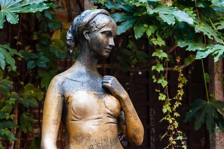 Rubbing Juliets bronze breast in Verona