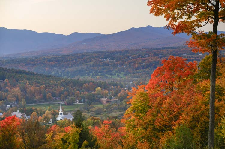 Stowe-Community-Church-in-Fall-in-Vermont-USA